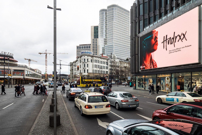 LIMES Vertriebsgesellschaft mit dem LED-Videoscreen am Kurfürstendamm und Spotify im Februar