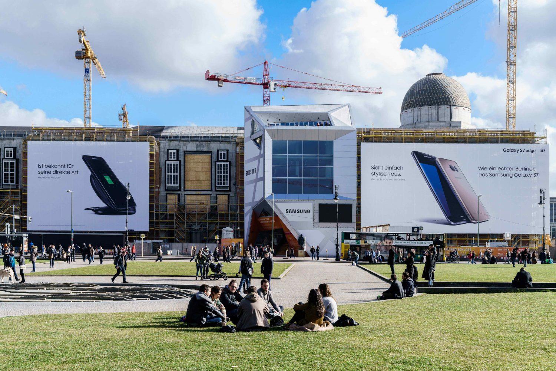 Die LIMES Vertriebsgesellschaft zeigt das Riesenposter am Berliner Schloss von Samsung