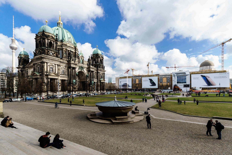 LIMES Vertriebsgesellschaft mit dem Riesenposter am Berliner Schloss von Samsung
