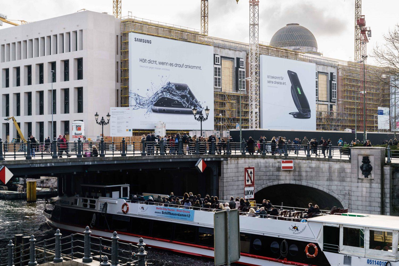 Blick von der Spree auf die LIMES Vertriebsgesellschaft und ihr Riesenposter von Samsung
