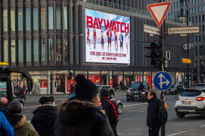 Limes Vertriebsgesellschaft an dem LED-Megascreen mit Paramounts Baywatch im Januar 2017