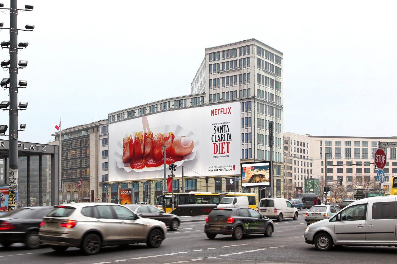 Limes Vertriebsgesellschaft mit dem Riesenposter am Potsdamer Platz von Netflix im Februar 2017