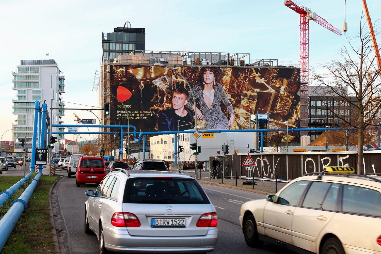 Limes Vertriebsgesellschaft mit dem Riesenposter von Zalando an der Mercedes Benz Arena