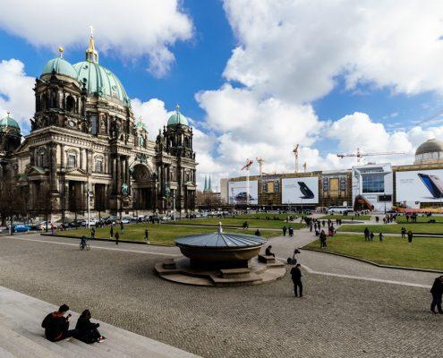 Das Riesenposter der LIMES Vertriebsgesellschaft mit Blick auf den Berliner Dom