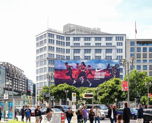 Die Riesenposterwerbung der LIMES Vertriebsgesellschaft am Leipziger Platz zeigt Nike im Juli 2017