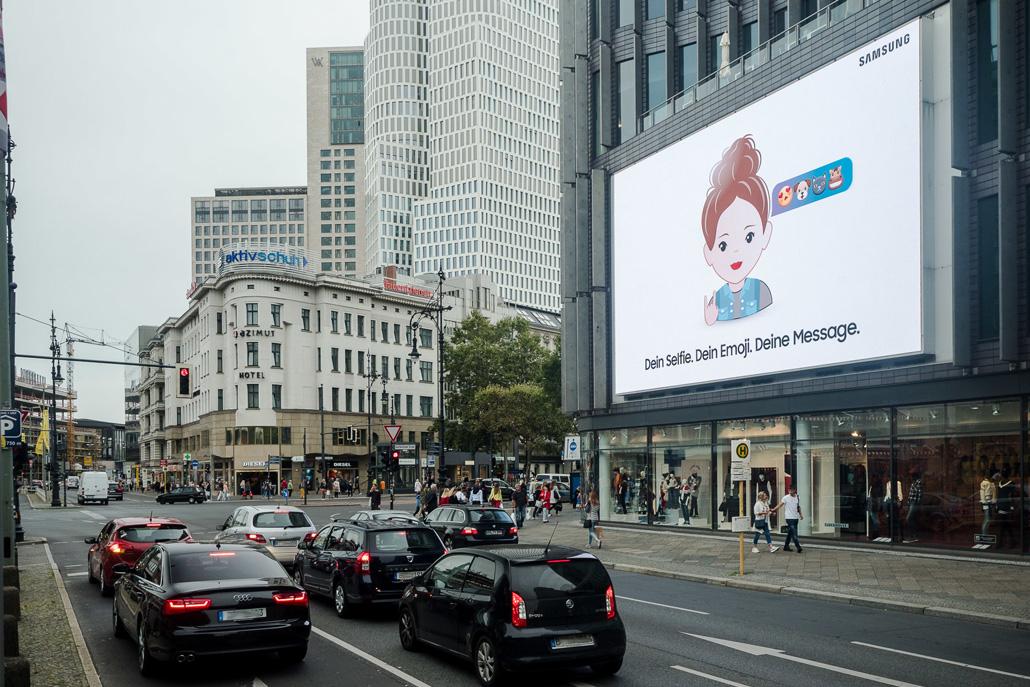 Der KuDamm LED-Videoscreen der LIMES Vertriebsgesellschaft mit der Emoji-Aktion von Samsung im September 2017