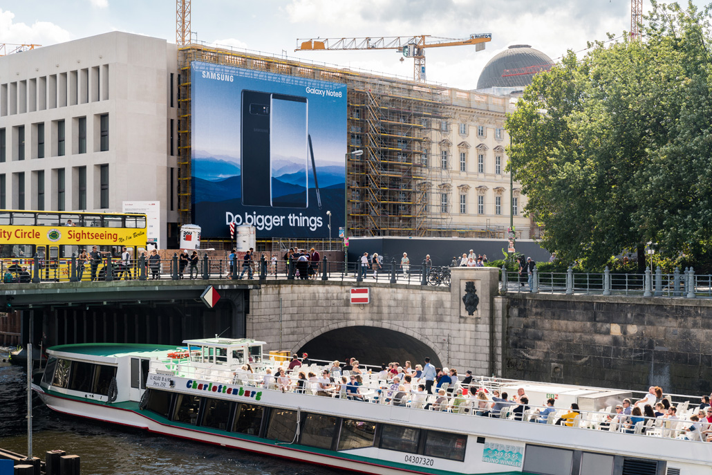 Riesenposterwerbung LIMES Vertriebsgesellschaft am Berliner Schloss mit Samsung im September 2017