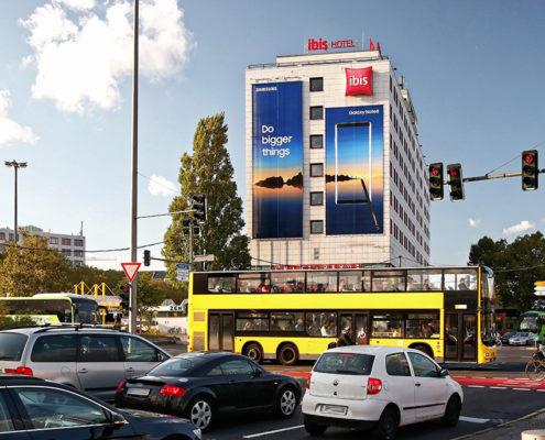 Die Riesenposterwerbung der LIMES Vertriebsgesellschaft am Messedamm zeigt Samsung im September 2017