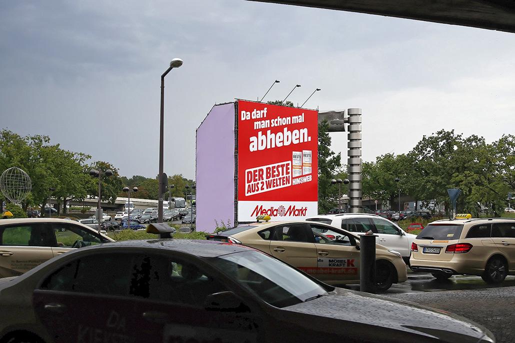 Die Riesenposterwerbung der LIMES Vertriebsgesellschaft am TXL zeigt Mediamarkt im September 2017
