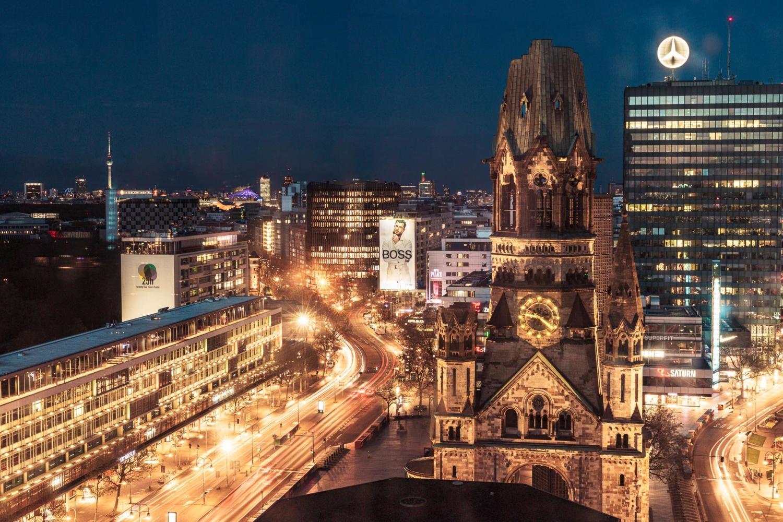 Riesenposterwerbung am Breitscheidplatz in der Nacht